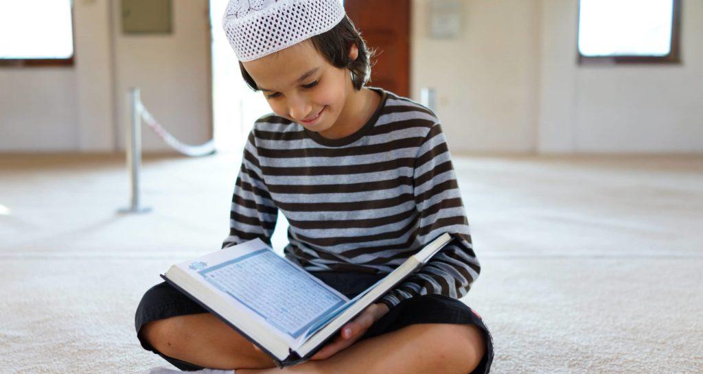 Image d'un enfant qui lit le coran