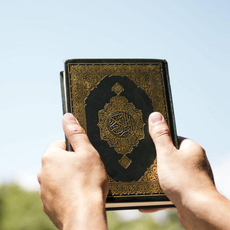 Quran dans les mains